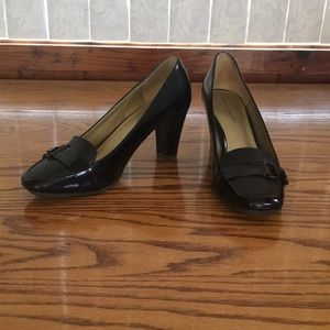 Black pumps with buckle detail on toe